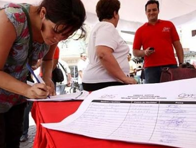 Venezuelans sign petition against media distortions against the revolution