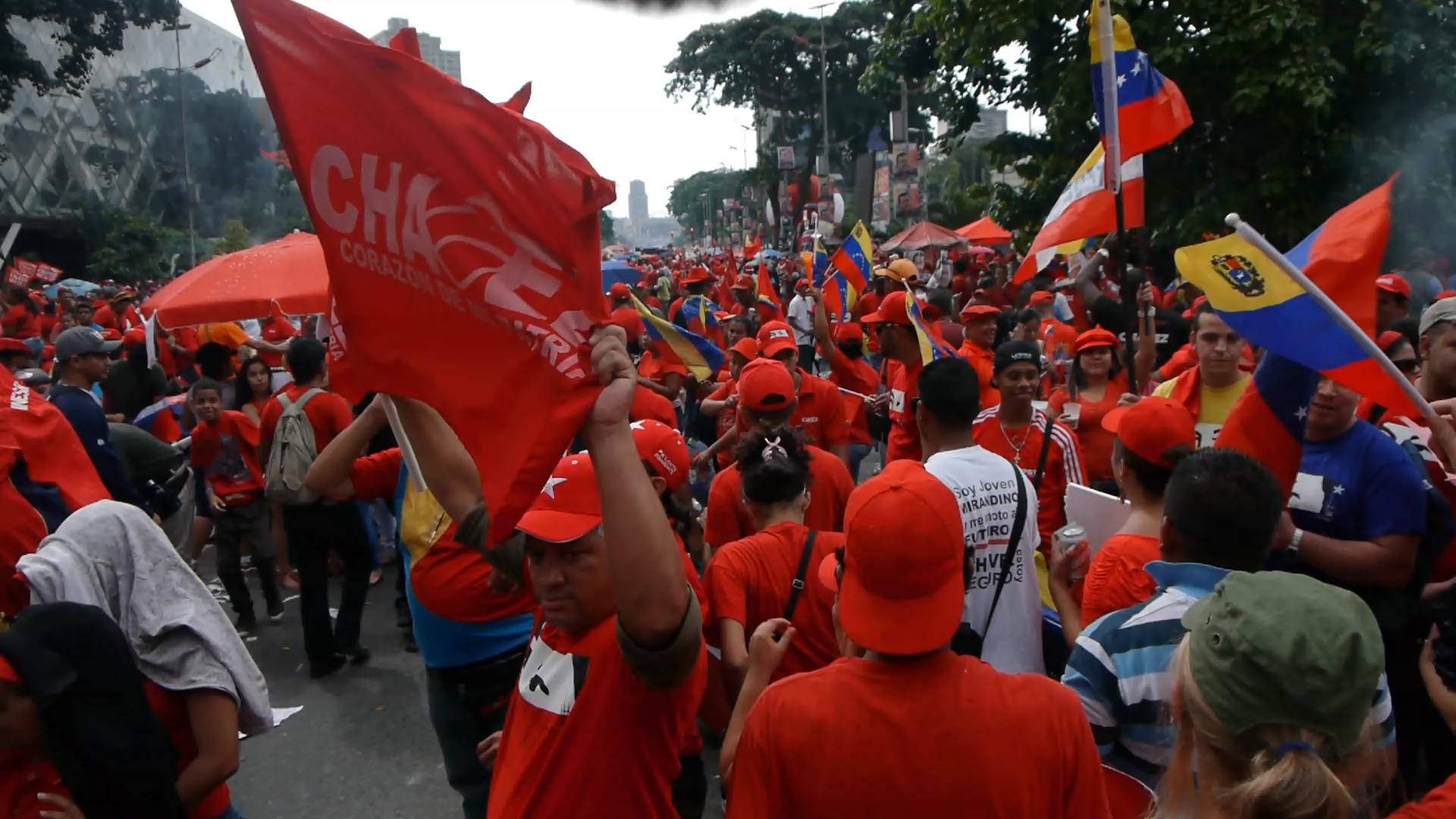 Activists line the streets of Caracas in support of Chavez on 4th October