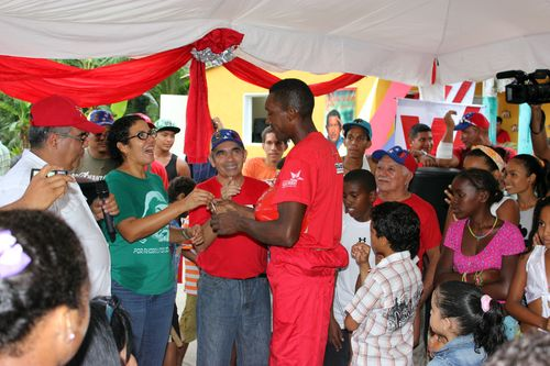 Vice Minister of the Communal Economy, Ana Maldonado, and General Ramon Viñas, President of the Housing Institute in Aragua state, hand out keys to 14 new houses to members of the community.